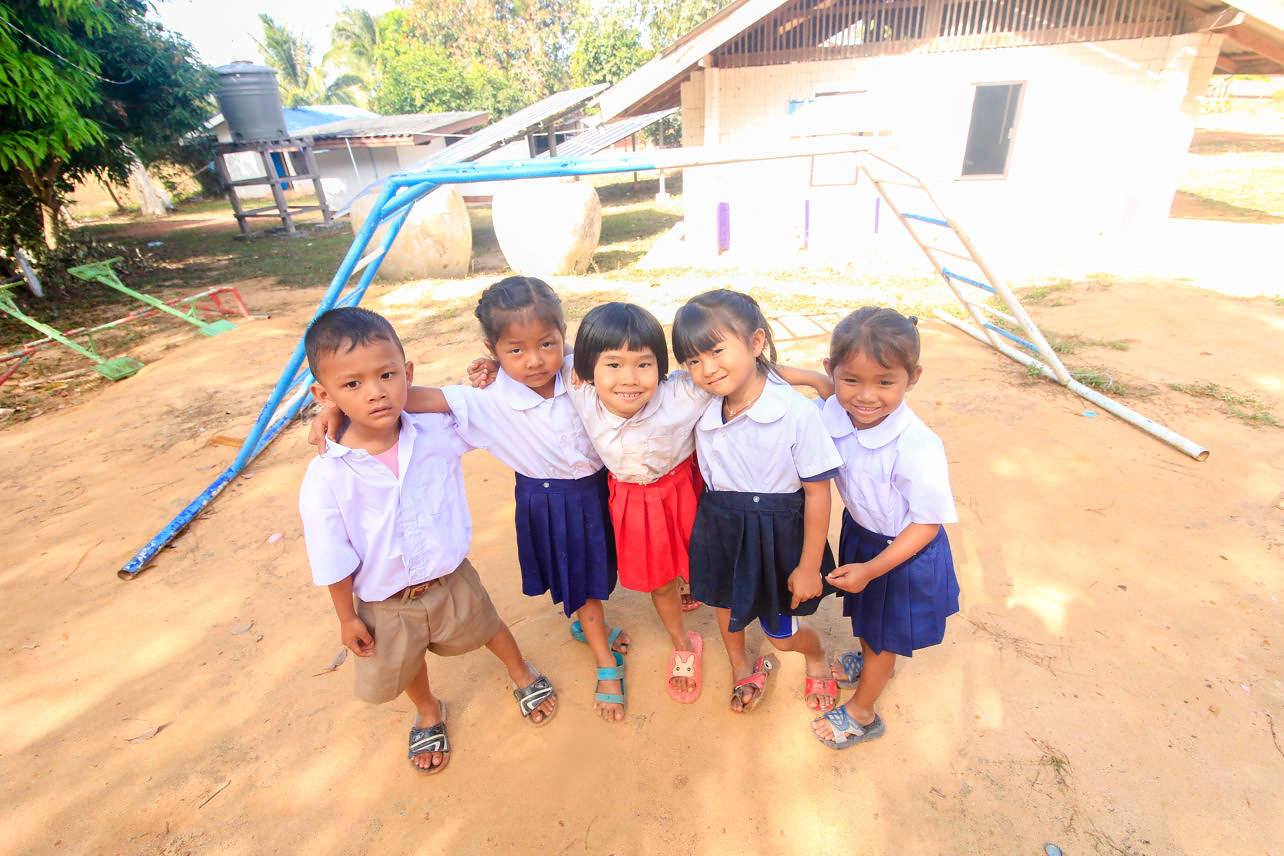 Skolbarn i lekparken